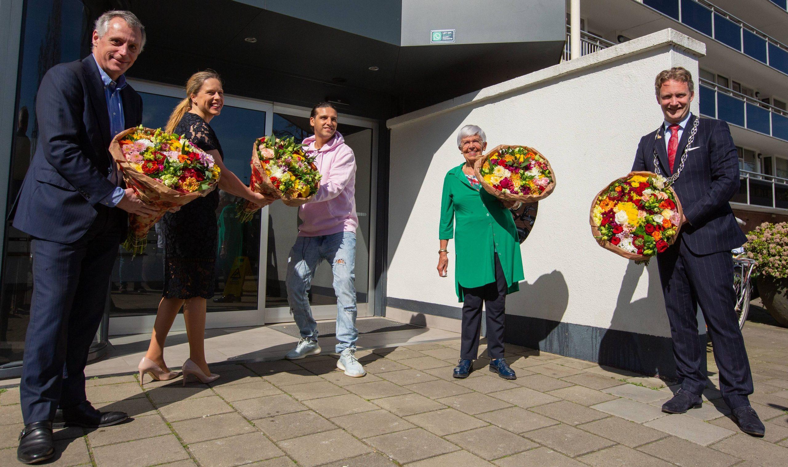 Ali B verrast eenzame ouderen met prachtige bloemen